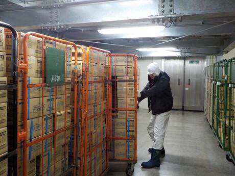 箱詰めされた製品を冷凍庫で管理し、トラックに積み込んだりするお仕事です!未経験でもOK!