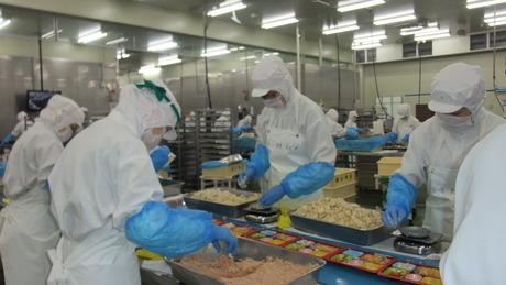 お弁当の容器に担当する食材を決められた個数もしくはグラムだけ盛付つけるお仕事です!
